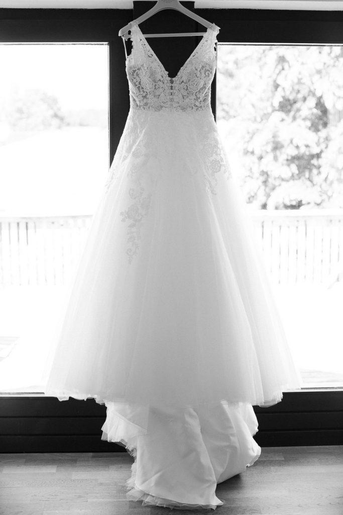 Brautkleid vor Fenster