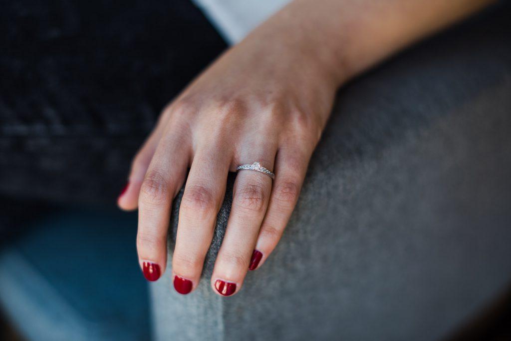 Detailaufnahme der Hand der Braut mit Ring