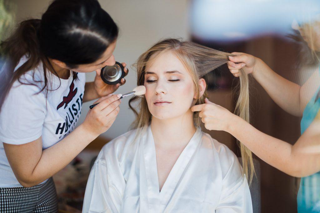 Braut mit Stylistin und Makeup Artist