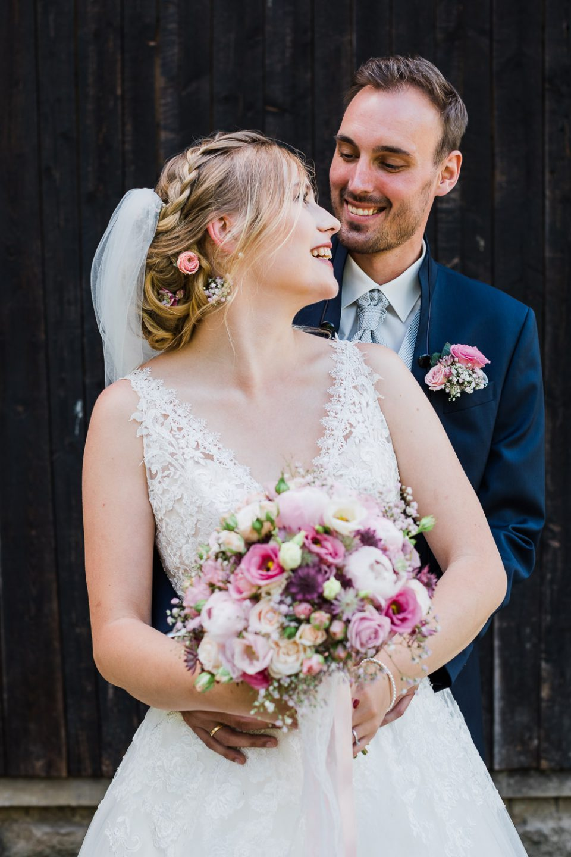 Braut und Bräutigam lächeln sich an