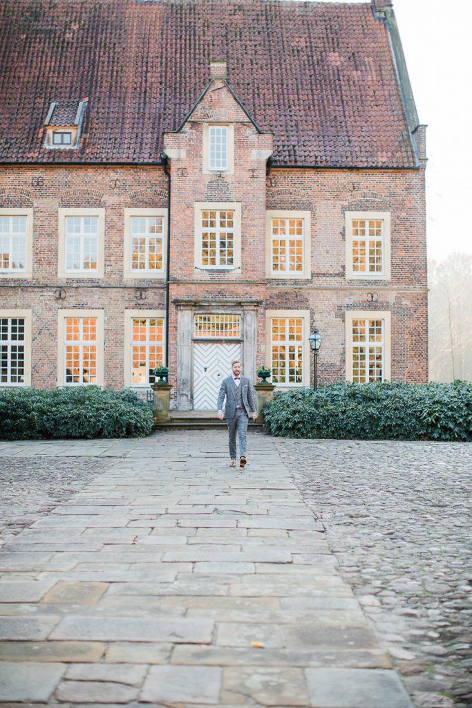 Bräutigam vor Haus Welbergen