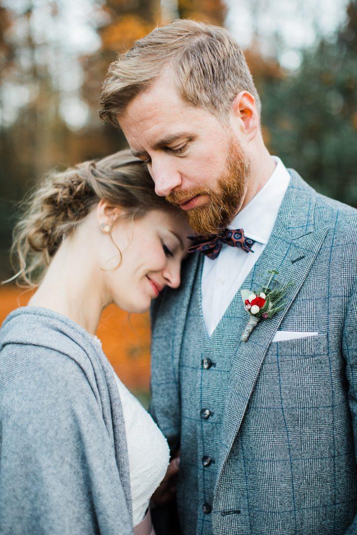 Braut lehnt an der Schulter ihres Mannes